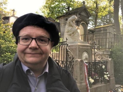 Frank Bürger vor dem Chopin-Grab in Paris